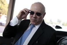 El ministro Guido Mantega llega al ministerio de Hacienda en Brasilia. Imagen de archivo, 23 septiembre, 2014. El Gobierno de Brasil ofrecerá reembolsos impositivos para los exportadores a partir de octubre, dijo el lunes el ministro de Hacienda, Guido Mantega, en la última medida para ayudar a empresas con problemas días antes de la elección presidencial. REUTERS/Ueslei Marcelino (BRAZIL - Tags: POLITICS BUSINESS)
