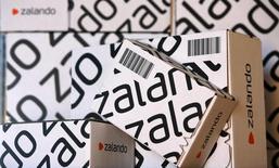 Коробки ритейлера Zalado на презентации в Берлине 28 августа 2014 года. Крупнейший в Европе интернет-магазин одежды и обуви Zalando установил цену размещения акций во время IPO в 21,5 евро, объем размещения (включая опцион организаторам) составит 605 миллионов евро. REUTERS/Fabrizio Bensch