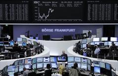 Les Bourses européennes sont résolument orientées à la hausse mardi, à l'exception de Londres, et Wall Street se dirige également vers une ouverture positive. À Paris, le CAC 40 s'adjuge 0,92%, le Dax prend 0,49% à Francfort mais le FTSE reste à la traîne à Londres (-0,15%). /Photo prise le 30 septembre 2014/REUTERS