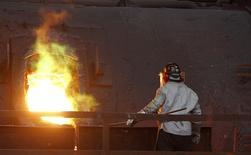 Un trabajador monitorea un proceso dentro de una planta refinadora de cobre de Codelco en Ventanas. Imagen de archivo, 30 julio, 2014.  La producción de cobre en Chile anotó una caída interanual del 2,0 por ciento en agosto, debido a una menor ley y mantenciones programadas en una importante faena, dijo el martes una agencia gubernamental. REUTERS/Eliseo Fernandez