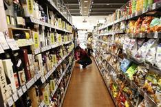 Un comprador observa productos en un supermercado en Tokio. Imagen de archivo, 25 septiembre, 2014. El gasto anual de las familias de Japón cayó por quinto mes consecutivo en agosto y la producción industrial disminuyó inesperadamente, subrayando los desafíos que los funcionarios enfrentan para revivir a una economía que se tambalea consecuencia de un aumento del impuesto a las ventas.. REUTERS/Yuya Shino