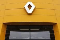 Renault a confirmé mardi que le futur véhicule utilitaire dont Fiat va lui confier la production serait fabriqué à Sandouville à raison de 15.000 à 25.000 unités par an. /Photo prise le 21 janvier 2014/REUTERS/Vincent Kessler