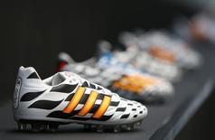 Adidas, exposé au mécontentement des investisseurs vis-à-vis de ses performances boursières, va initier au quatrième trimestre un programme de rachat de titres sur trois ans pouvant atteindre 1,5 milliard d'euros. /Photo prise le 24 juin 2014/REUTERS/Michaela Rehle