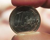 L'euro va encore se déprécier pendant un an au moins, montre mercredi une enquête de Reuters, la perspective de nouvelles mesures de soutien de la Banque centrale européenne (BCE) pour soutenir le crédit et prévenir la déflation étant amenée à faire baisser la monnaie unique. /Photo d'archives/REUTERS