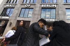 Personas esperan la inauguración del Mall de Berlín. Imagen de archivo, 25 septiembre, 2014. Las ventas minoristas de la zona euro aumentaron mucho más de lo esperado en agosto, según datos publicados el viernes, sugiriendo que se registra una fuerte demanda en los hogares que podría ayudar al crecimiento económico en el tercer trimestre. .REUTERS/Thomas Peter