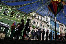 Personas caminan por calle Pelourinho en el centro de Salvador, Brasil. Imagen de archivo, 15 junio, 2014. La actividad en el sector de servicios de Brasil se recuperó en septiembre desde la baja del mes previo, ya que el gasto de campaña previo a la elección presidencial del 5 de octubre contribuyó a una recuperación gradual en la principal economía de América Latina. REUTERS/Jorge Silva