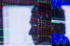 Relfexo de operador em tela de terminal financeiro. REUTERS/Lucas Jackson
