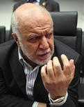 El ministro iraní, Bijan Zanganeh, habla con periodistas luego de una reunión de la OPEC en Viena. Imagen de archivo, 11 junio, 2014.  La Organización de Países Exportadores de Petróleo no tiene planes para reunirse de emergencia y discutir la reciente caída de los precios del crudo, aseguró el martes el ministro iraní del sector, Bijan Zanganeh. REUTERS/Heinz-Peter Bader