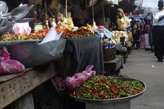 """Una mujer vende vegetales en un mercado en Monrovia, Liberia. Imagen de arcihvo, 01 octubre, 2014. El crecimiento económico del África Subsahariana sigue siendo fuerte y debería acelerarse hasta un 5,8 por ciento en el 2015, pero si el brote de ébola que afecta a su rincón occidental se alarga o se expande tendrá """"consecuencias dramáticas"""" para esa región, dijo el martes el Fondo Monetario Internacional. REUTERS/James Giahyue"""