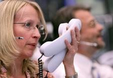 Трейдеры на торгах фондовой биржи во Франкфурте-на-Майне 1 августа 2011 года. Европейские фондовые рынки растут, поскольку инвесторы решили, что ФРС не повысит процентные ставки, пока не убедится в способности экономики справиться с последствиями этого шага. REUTERS/Ralph Orlowski