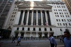 Wall Street a ouvert en baisse jeudi, sur des prises de bénéfices provoquées par des inquiétudes lancinantes sur la croissance mondiale et au lendemain d'une forte hausse. Dans les premiers échanges, le Dow Jones perd 0,23%, le Standard & Poor's 500 0,15% et le Nasdaq Composite 0,14%. /Photo d'archives/REUTERS/Carlo Allegri