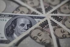 Купюры валют доллар США и иена в Токио 28 февраля 2013 года. Курс доллара стабилизировался к евро и иене после значительного снижения, вызванного публикацией протокола совещания ФРС. REUTERS/Shohei Miyano