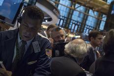 Empleados trabajan dentro de la Bolsa de Nueva York. Imagen de archivo, 3 octubre, 2014. Las acciones prolongaban el lunes sus caídas recientes en la bolsa de Nueva York y colocaban al índice S&P 500 en camino a su quinto descenso en las últimas seis sesiones, luego de tocar su nivel más bajo desde mayo por preocupaciones sobre el crecimiento económico global. REUTERS/Brendan McDermid