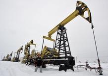 Станки-качалки на месторождении нефти Гремихинское к востоку от Ижевска 7 декабря 2007 года. Россия, бюджет которой зависит от экспорта нефти, могла бы удержать уровень добычи сырья, ускорив запуск традиционных месторождений, однако санкции Запада, падающая цена на нефть и отток инвестиций ставят под угрозу эту перспективу. REUTERS/Sergei Karpukhin