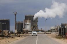Вид на НПЗ в городе Эз-Завия, Ливия 18 декабря 2013 года. Цены на нефть Brent упали до 47-месячного минимума на фоне избытка предложения при слабом мировом спросе. REUTERS/Ismail Zitouny