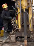 Un minero en el yacimiento de cobre Toromocho en Perú, ene 13 2006. La economía de Perú creció un 1,24 por ciento interanual en agosto, levemente por encima de lo estimado por el mercado pero a un ritmo muy por debajo de su potencial, ante una continua caída de los sectores clave de minería y manufactura, dijo el miércoles el Gobierno. REUTERS/Robin Emmott