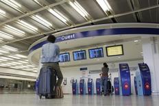 Le titre Aéroports de Paris figure au rang des valeurs à suivre ce jeudi à la Bourse de Paris, au lendemain de l'annonce par l'opérateur d'un recul de 10,4% du trafic le mois dernier en raison de la grève de 14 jours des pilotes d'Air France. /Photo d'archives/REUTERS/Benoît Tessier