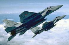 Архивное фото японских истребителей  F-15. Число вылетов японских истребителей для перехватов российских военных самолетов более чем удвоилось за последние полгода на фоне охлаждения в отношениях между Москвой и Токио, сообщили японские власти. REUTERS/Japan-Air-Self-Defense Force/Handout