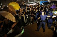 Полиция пытается рассредоточить протестующих в Гонконге 16 октября 2014 года. Китайские цензоры заблокировали вебсайт Би-би-си, сообщил  британский национальный вещатель на фоне разрастания напряжённости вокруг противостояния продемократических протестующих в Гонконге и китайской полиции. REUTERS/Carlos Barria