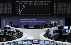 Les principales Bourses européennes opéraient un net rebond vendredi vers la mi-séance, toujours préoccupées par la fragile santé de l'économie mondiale mais calmées par de solides indicateurs américains et un message jugé rassurant venu de la Réserve fédérale. Le CAC 40 parisien gagnait 1,52%) vers midi. Le Dax allemand et le FTSE britannique avançaient respectivement de 1,53% et 0,94%. /Photo prise le 17 octobre 2014/REUTERS