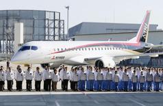 El nuevo avión regional de Mitsubishien su presentación en Toyoyama, Japón, oct 18 2014. Mitsubishi Aircraft presentó el sábado el primer avión comercial fabricado en Japón en 50 años, en medio del sonido de tambores y un coro de niños y de las dudas de que pueda conseguir su meta de vender más de 2.000 unidades en un mercado con mucha competencia.  REUTERS/Kyodo IMAGEN DE TERCEROS, DISPONIBLE SOLO PARA USO EDITORIAL
