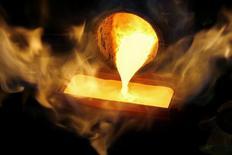 Слиток золота в процессе производства на заводе в Швейцарии 13 ноября 2008 года. Цены на золото держатся около $1.240 за унцию на фоне спада на фондовых рынках Азии и укрепления доллара. REUTERS/Arnd Wiegmann