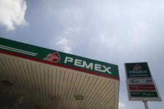 Imagen de archivo de una gasolinera de Pemex en Ciudad de México, ago 28 2014. La petrolera estatal mexicana Pemex reportó el viernes que perdió 59,650 millones de pesos en el tercer trimestre frente a 39,143 millones en el mismo lapso del año pasado, golpeada por el pago de impuestos y derechos, intereses y pérdidas cambiarias. REUTERS/Edgard Garrido