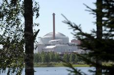 Le consortium formé par Areva et Siemens pour construire le réacteur nucléaire finlandais Olkiluoto-3 (photo), un chantier victime de retards multiples, a porté de 2,6 à 3,5 milliards d'euros le montant des indemnités qu'il réclame à la compagnie d'électricité Teollisuuden Voima (TVO), a annoncé celle-ci. TVO et Areva-Siemens se rejettent mutuellement la responsabilité des retards et des dépassements de coûts du chantier et le tribunal d'arbitrage de la Chambre international de commerce est saisi du dossier. /Photo prise le 1er août 2013/REUTERS/Heikki Saukkomaa/Lehtikuva