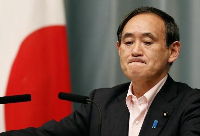 10月27日、菅義偉官房長官は午前の会見で、現在は極めて厳しい経済環境にあり、国民も心配しているとの認識を示した。また政府としては、着実にひとつひとつ仕事をこなしていくことが大事だと語った。5月撮影(2014年 ロイター/Yuya Shino)