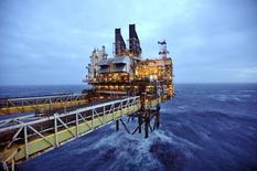 Una sección de la plataforma petrolera Eastern Trough Area Project de BP en la costa afuera de Aberdeen, Gran Bretaña, feb 24 2014. Goldman Sachs recortó sus proyecciones para los precios del crudo en el 2015, colocándose como la más bajista entre todas las grandes instituciones financieras tras la caída cercana al 25 por ciento en los precios del petróleo en los últimos cinco  meses. REUTERS/Andy Buchanan/pool