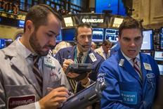 La Bourse de New York a fini sur une note quasiment stable lundi, marquant une pause après sa plus forte hausse hebdomadaire depuis janvier 2013. Le Dow Jones a gagné 0,06%, un chiffre susceptible de varier encore légèrement. /Photo prise le 27 octobre 2014/REUTERS/Lucas Jackson