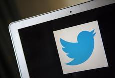 Twitter publie un chiffre d'affaires au troisième trimestre supérieur aux attentes, à 361 millions de dollars, tout en annonçant que celui du quatrième trimestre pourrait être inférieur aux anticipations, ce qui a provoqué une chute de plus de 8% du titre dans les transactions électroniques après Bourse. /Photo d'archives/REUTERS/Eric Thayer
