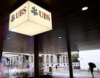 UBS, la principale banque suisse, a dégagé au troisième trimestre un bénéfice en forte hausse et meilleur que prévu malgré une provision de 1,8 milliard de francs suisses (1,5 milliard d'euros) pour le règlement de litiges. /Photo prise le 29 juillet 2014/REUTERS/Arnd Wiegmann