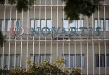 Логотип Novartis в Мумбаи 6 февраля 2014 года. Квартальные результаты Novartis AG превысили ожидания рынка, поскольку хорошие продажи новых лекарств помогли компенсировать падение доходов от противогипертонического препарата Diovan, срок патентной защиты которого истек. REUTERS/Danish Siddiqui