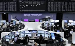 Un grupo de operadores en la bolsa alemana en Fráncfort, oct 28 2014. Las bolsas europeas cerraron en alza el martes, revirtiendo la caída de la sesión anterior, por resultados mejores de lo esperado en varias grandes empresas como la farmacéutica Novartis y el banco UBS que fortalecieron la confianza de los inversores.     REUTERS/Remote/Stringer