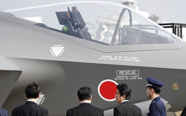 10月30日、中国は、自衛隊機による中国機に向けた緊急発進(スクランブル)を止めるよう日本に求めた。写真は航空観閲式に出席した安倍首相、26日撮影(2014年 ロイター/Toru Hanai)