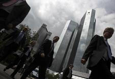 Personas caminan por un sector financiero en Frankfurt. Imagen de archivo, 26 julio, 2011. El número de desempleados alemanes cayó inesperadamente en octubre y la tasa de desocupación se mantuvo estable en el 6,7 por ciento, según datos publicados el jueves por la Oficina Federal de Trabajo, subrayando la fortaleza del mercado laboral en la mayor economía de la zona euro. REUTERS/Alex Domanski