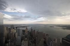 El Bajo Manhattan y el puerto de NY visto desde el One World Trade Center en Nueva York. Imagen de archivo, 25 junio, 2014. Un déficit comercial menor de lo esperado y el aumento del gasto en defensa impulsaron el crecimiento económico de Estados Unidos en el tercer trimestre, aunque otros detalles del reporte del jueves indicaron cierta pérdida de impulso en la actividad. REUTERS/Brendan McDermid