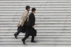 Trabajadores llevan sus maletines mientras suben unas escaleras en el distrito financiero de París. Imagen de archivo, 21 octubre, 2014. La oficina de estadística de la Unión Europea difundió el viernes los datos de desempleo de los 18 países que comparten el euro y del bloque europeo de 28 países en septiembre, que se mantuvieron estables en comparación con agosto. REUTERS/John Schults