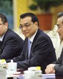 El primer ministro de China, Li Keqiang, durante una reunión en Beijing. Imagen de archivo, 27 octubre, 2014.  La economía de China debe mantener un crecimiento económico de un nivel entre medio y alto y los manufactureros deben ser alentados a avanzar en la cadena de valores, reportó una radio estatal el lunes, tras citar al primer ministro chino, Li Keqiang.. REUTERS/Parker Song/Pool