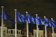 Banderas de la UE en las afueras de la sede de la Comisión Europea en Bruselas. Imagen de archivo, 30 octubre, 2014. La frágil zona euro necesitará otro año para alcanzar un modesto nivel de crecimiento económico, dijo el martes la Comisión Europea, al revisar sus previsiones y anticipar más de la inflación a la baja y el elevado desempleo que afectan al bloque.   REUTERS/Francois Lenoir
