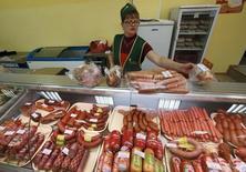 Колбасные изделия в магазине в Солгоне, Красноярский край 6 сентября 2014 года. Индекс потребительских цен в России в октябре 2014 года вырос на 8,3 процента к аналогичному периоду предыдущего года и на 0,8 процента к предыдущему месяцу, а за 10 месяцев инфляция составила 7,3 процента, сообщил Росстат. REUTERS/Ilya Naymushin