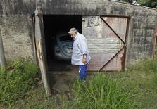 El presidente de Uruguay, José Mujica, frente al garage de su casa donde se encuentra su Volkswagen en Montevideo. Imagen de archivo, 13 febrero, 2014. Un jeque árabe y un diplomático mexicano ofrecieron pagar hasta un millón de dólares por el viejo automóvil particular Volkswagen Fusca del presidente uruguayo José Mujica, quien usaría el dinero para financiar proyectos sociales en su país. REUTERS/Andres Stapff