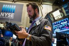 Le Dow Jones a gagné 0,11%, soit 19,46 points, à 17.573,93 à la clôture vendredi, des chiffres susceptibles de varier encore légèrement. /Photo prise le 7 novembre 2014/REUTERS/Lucas Jackson