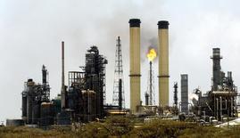 La refinería venezolana Cardón, abr 4 2003. La refinería venezolana Cardón, que forma parte del principal complejo refinador de la estatal Petróleos de Venezuela, permanece paralizada luego que una falla eléctrica afectara las operaciones durante el fin de semana, informaron trabajadores el lunes. Reuters/Jorge Silva