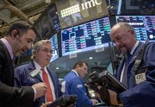 Unos operadores en la bolsa de Wall Street en Nueva York, nov 11 2014.  Las acciones bajaban el miércoles en la apertura en la bolsa de Nueva York, donde la atención estaba puesta en el sector financiero después de que reguladores globales multaran a cinco grandes bancos por no detener los intentos de sus operadores de tratar de manipular el mercado cambiario. REUTERS/Brendan McDermid