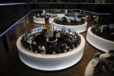 Les principales Bourses européennes ont effacé leurs modestes gains de la matinée à mi-séance, après les premiers chiffres sur la croissance du troisième trimestre en zone euro. À Paris, l'indice CAC 40 reculait de 0,29% vers 11h30 GMT, à Francfort, le Dax cédait 0,49% et à Londres, le FTSE 0,28%. /Photo d'archives/REUTERS/Lisi Niesner