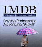 Женщина у билборда 1MDB В Куала-Лумпуре 27 января 2014 года. Малайзийский госинвестор 1 Malaysia Development Bhd (1MDB) сделал еще один шаг к планирующемуся IPO на $3 миллиарда, направив заявку местному регулятору на обращение бумаг на бирже, сказали Рейтер источники. REUTERS/Samsul Said