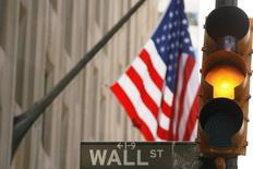 La Bourse de New York a ouvert en légère baisse lundi, après quatre semaines consécutives de hausse pour les principaux indices à Wall Street, à la suite du plongeon inattendu du Japon dans la récession. Le Dow Jones perdait soit 0,14% à l'ouverture, le Standard & Poor's 500 reculait de 0,2% et le Nasdaq Composite cédait 0,23%. /Photo d'archives/REUTERS/Lucas Jackson