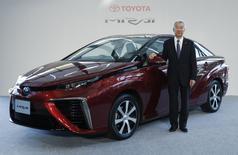 Vice-presidente executivo da Toyota Motor, Mitsuhisa Kato, posa em frente ao novo carro da empresa, Mirai, em Tóquio. 18/11/2014  REUTERS/Yuya Shino